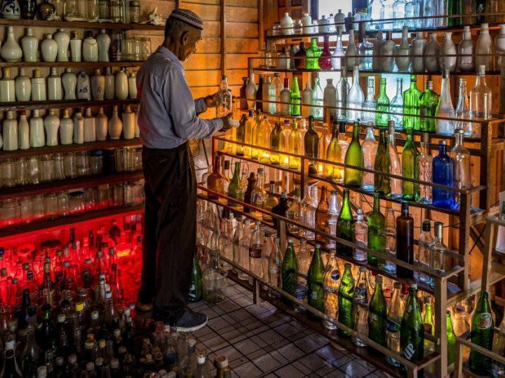 Un signore raccoglie bottiglie di...