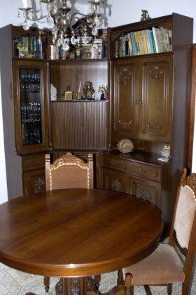 sala da pranzo con tavolo e sedie 1